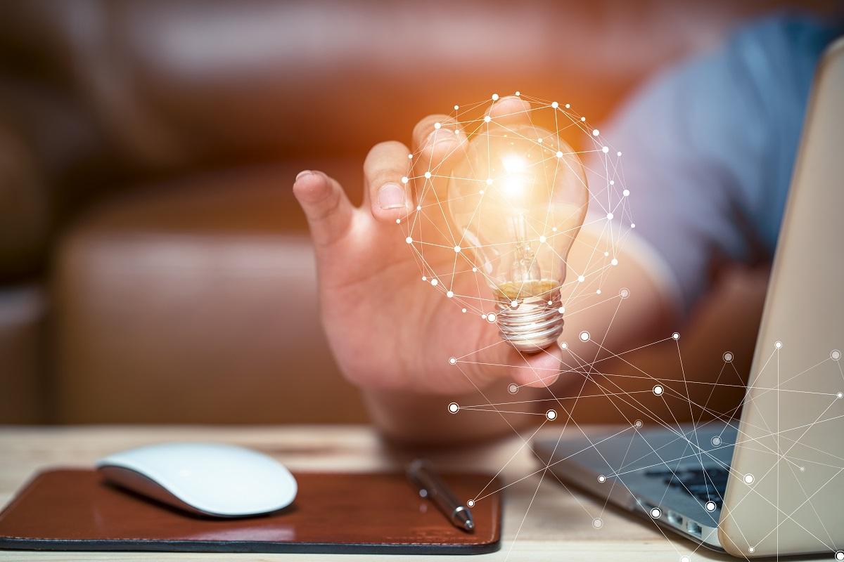 Business women holding light bulbs, ideas of new ideas with innovative technology and creativity.